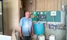 Un éleveur devant son régulateur de pH pour l'eau de ses élevages